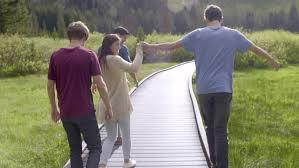 Jugendliche auf Brücke